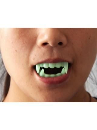 Зубы и когти вампира светящиеся